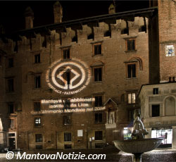 Mantova Palazzo del Podestà (da Piazza Broletto) - luminarie 2009