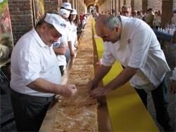 Sbrisolonga, la torta sbrisolona più lunga del mondo